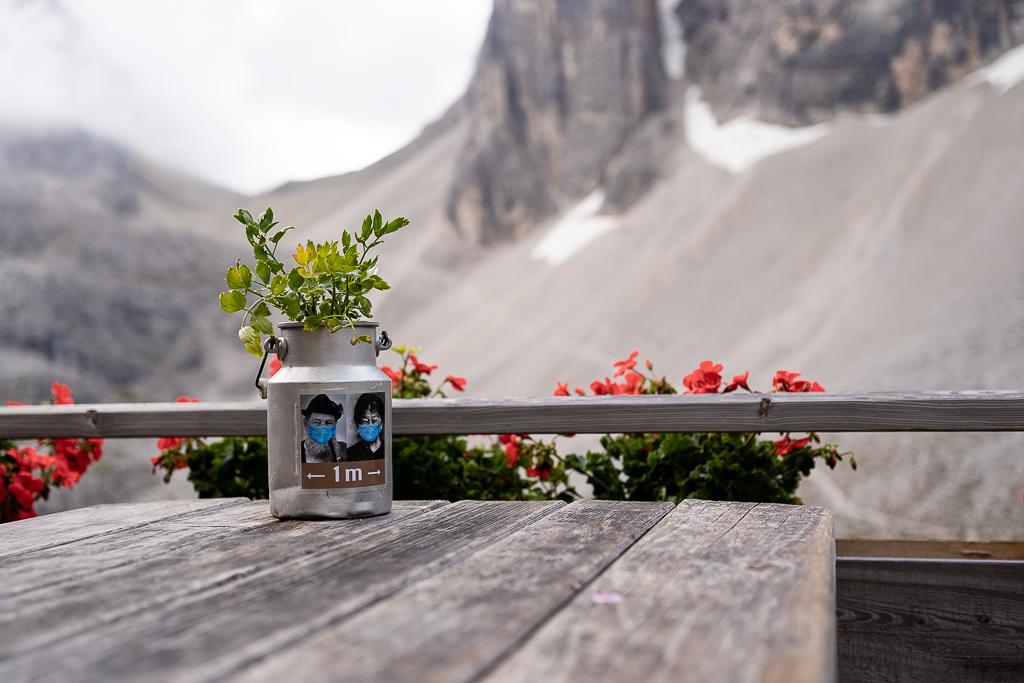 Corona-Knigge in der Bergwelt